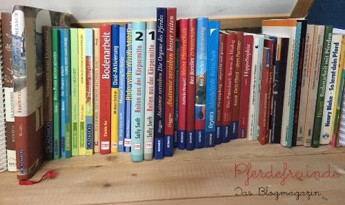 Bücherregal mit Pferdebüchern